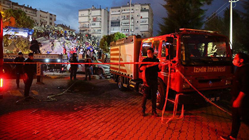 İzmir'de meydana gelen 6.6 büyüklüğündeki deprem sonucu çok sayıda bina yıkıldı.