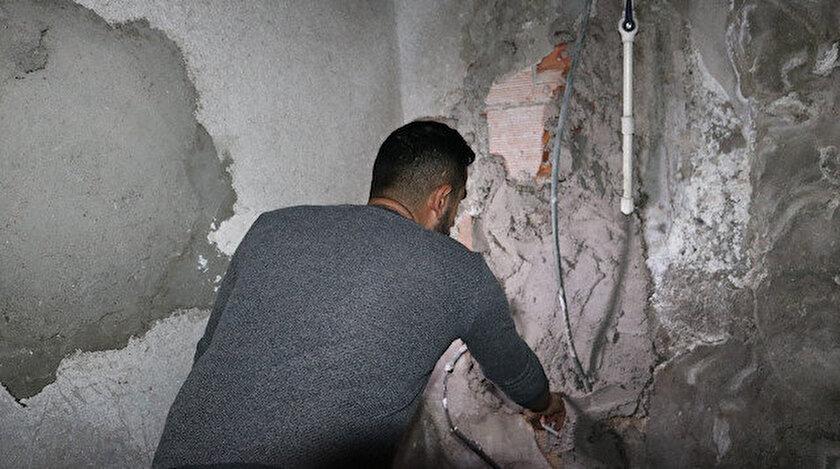 Hırsızlar, gece saatlerinde demir bölmeli merdiven altına girip duvarı kırarak cep telefonu dükkanına girdi.