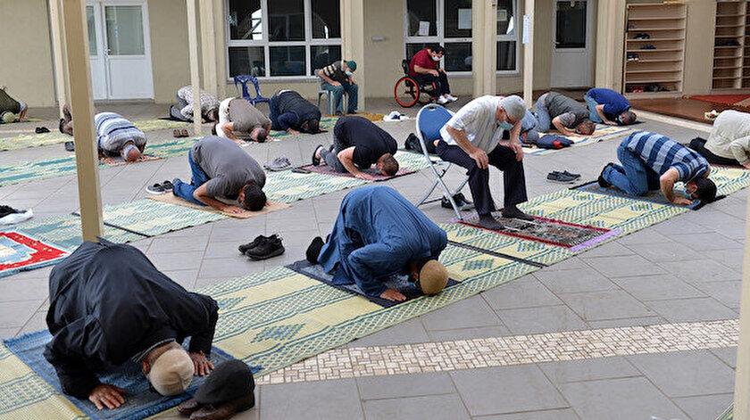 Müslümanlar aylar sonra cemaatle cuma namazı kılmanın mutluluğunu yaşadı.