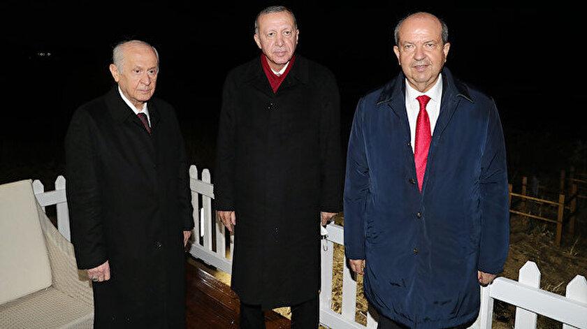 Cumhurbaşkanı Erdoğan, KKTC Cumhurbaşkanı Tatar ve MHP lideri Devlet Bahçeli Maraş'ı ziyaret etti.
