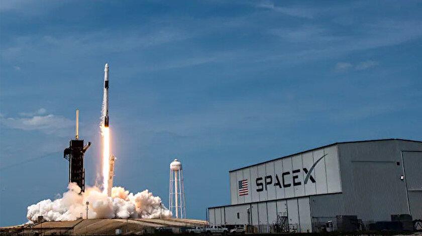NASA, 4 astronotu taşıyan SpaceX'e ait uzay aracını fırlattı.