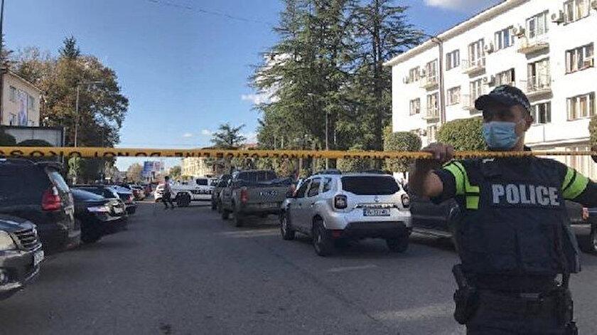 Gürcistan'da geçtiğimiz ay da bankaya giren bir soyguncu 19 kişiyi rehin almıştı.