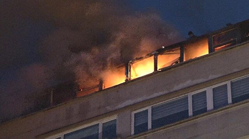 Şişli'de AVM'nin çatı katında yangın çıktı.