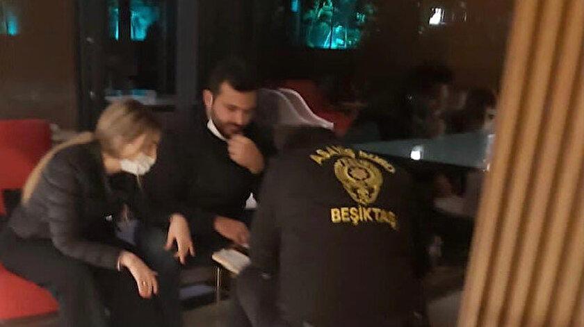 Maskesiz poz veren turist çifte polis kaldıkları otelde ceza kesti.