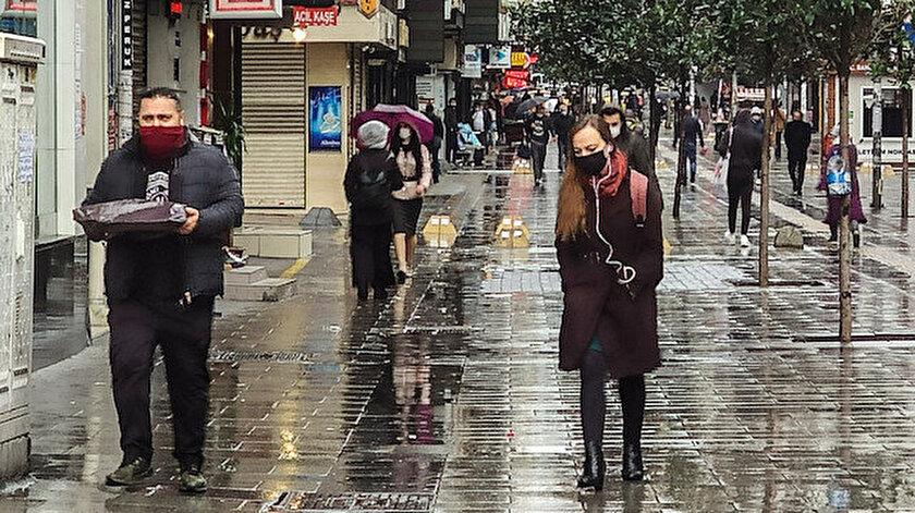 İstanbul'da vatandaşlar kısıtlamalar bitince sokağa çıktı.
