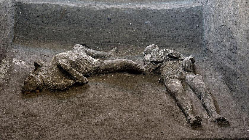 Kalıntıların, villanın koridoru olabilecek bir yerde yatmış halde bulunduğu belirtildi.