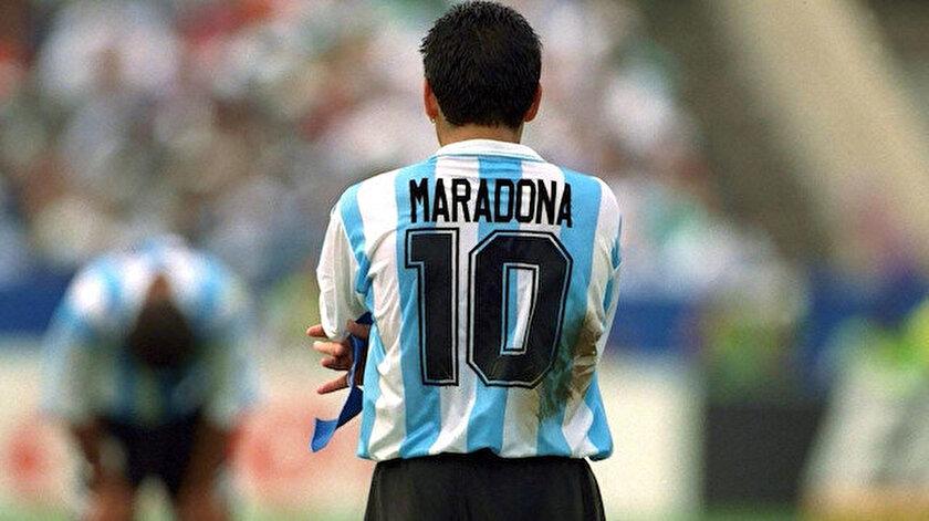Diego Maradona, Arjantin Milli Takımı ile 1986 Dünya Kupası'nda zafer elde etmiş ve dünya futboluna adını altın harflerle yazdırmıştı.