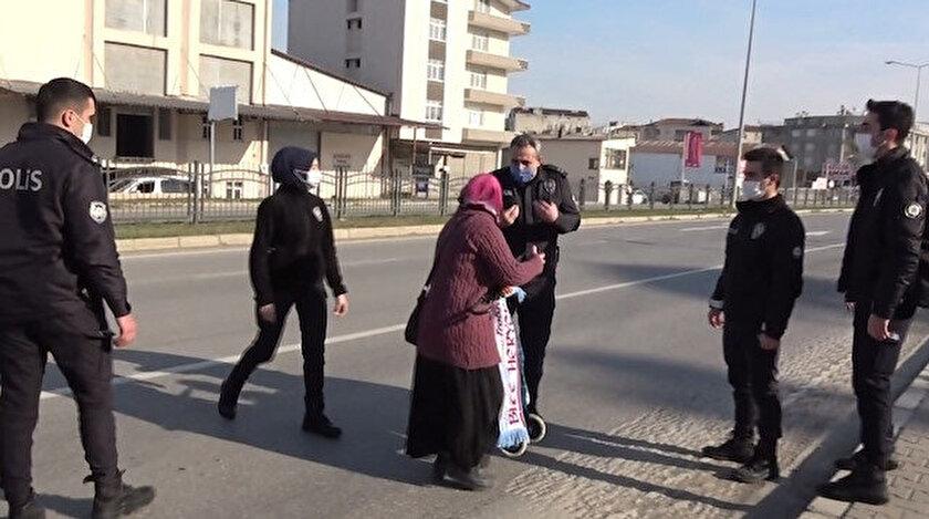 Polisler kadını eve gitmeye ikna ederek, yol boyunca eşlik etti.
