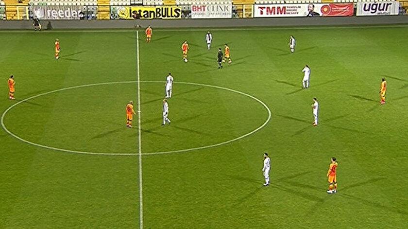 Karagümrük-Galatasaray maçında iki takım futbolcuları 1 dakika hareketsiz kaldı. Yayıncı kuruluş bu sırada kadroları anons etti