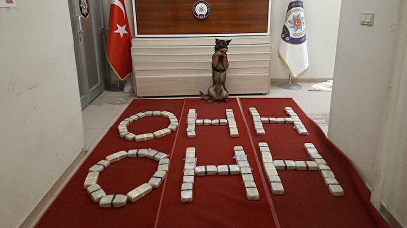 Van polisi ele geçirdiği uyuşturucu paketleriyle ohh ohh yazarak Bakan Soyluya destek verdi