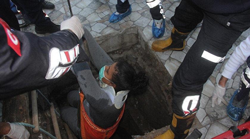 Kadın, beline ip bağlanıp vinç yardımıyla kısa sürede düştüğü yerden dışarı çıkarıldı.