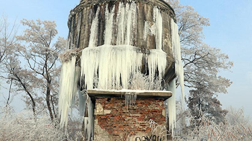Erzurum'da soğuk havanın etkisiyle buz sarkıtları oluştu.