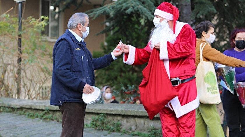 Noel Baba kılığına giren belediye çalışanları vatandaşlara hediyeler dağıttı.