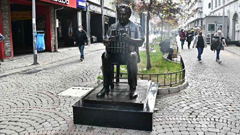CHPli İzmir Büyükşehir Belediyesinden yeni heykel: Kemeraltı Çarşısına Benzinci Kör Hafız