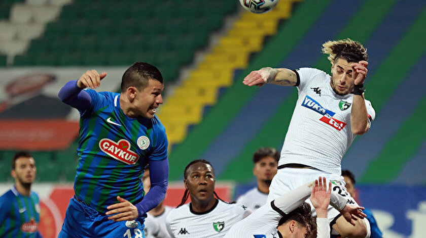 İki takım futbolcularının hava topu mücadelesi.