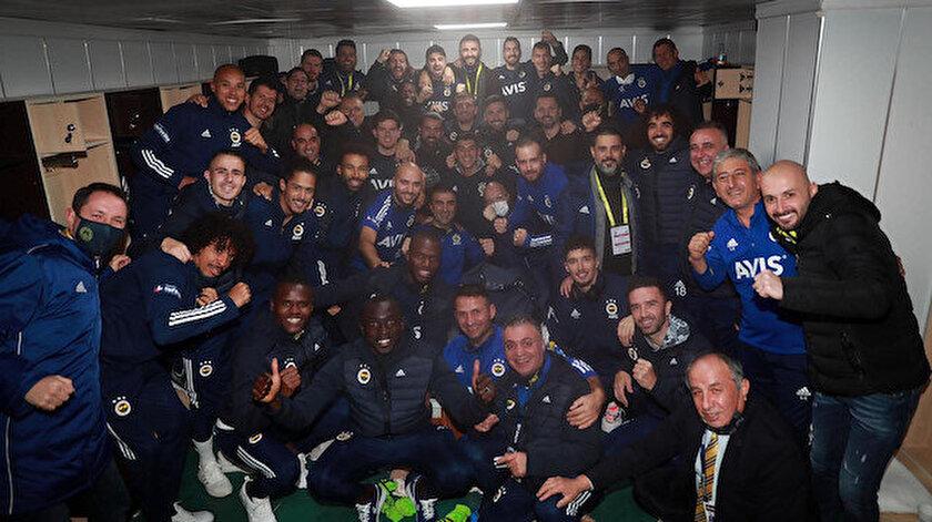 Fenerbahçeli futbolcuların ve teknik heyetin, Erzurumspor maçı sonrasında galibiyet pozu