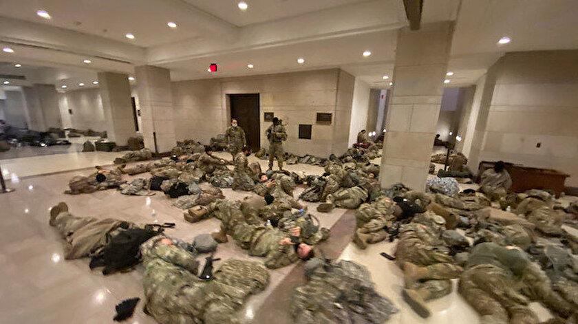 Askerler Kongre binasında yerde yatarak dinleniyor.