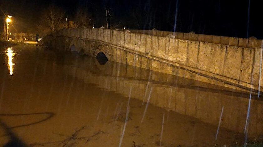 Edirne'de etkili olan sağanak yağış sebebiyle 32 saatte debisi 18 kat artan Tunca Nehri'nin bazı köprüleri yatağından taştı.