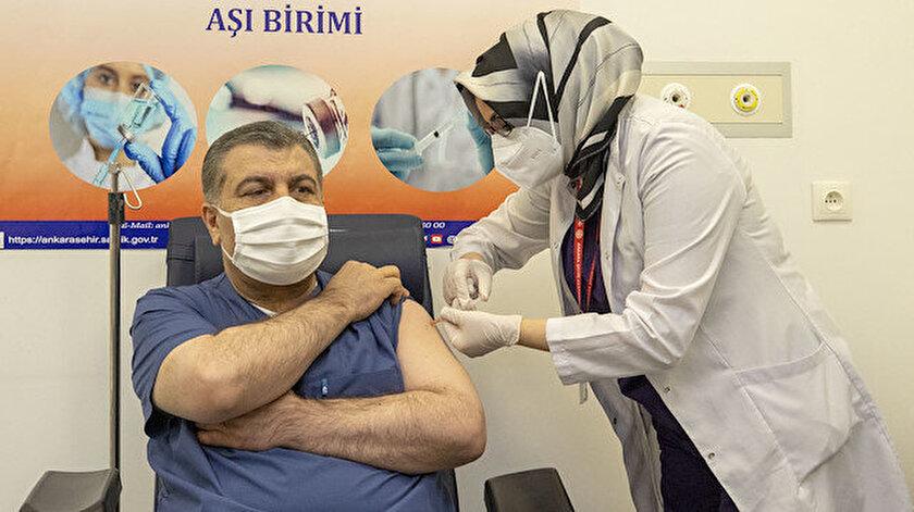 Sağlık Bakanı Koca, canlı yayında koronavirüs aşısı oldu.