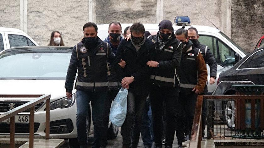 Polis, İzmir ve Bursa'da belirlenen adreslere eş zamanlı operasyon düzenleyerek şüphelileri yakaladı.