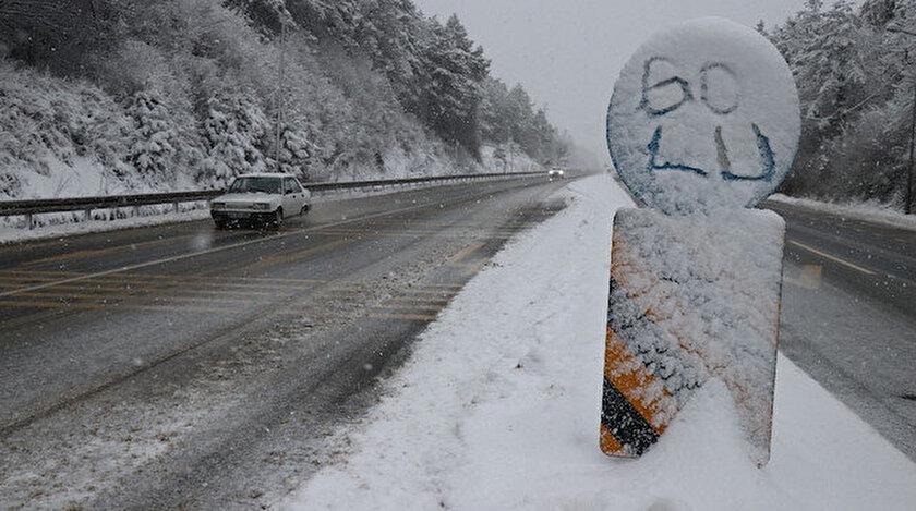 Ekipler aralıksız olarak kar küreme ve tuzlama çalışmalarını sürdürüyor.