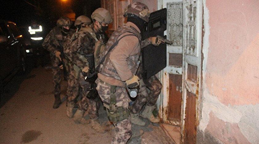 Özel harekat polisleri dün tek tek evlerin kapılarını kırarak adreslere girdi.