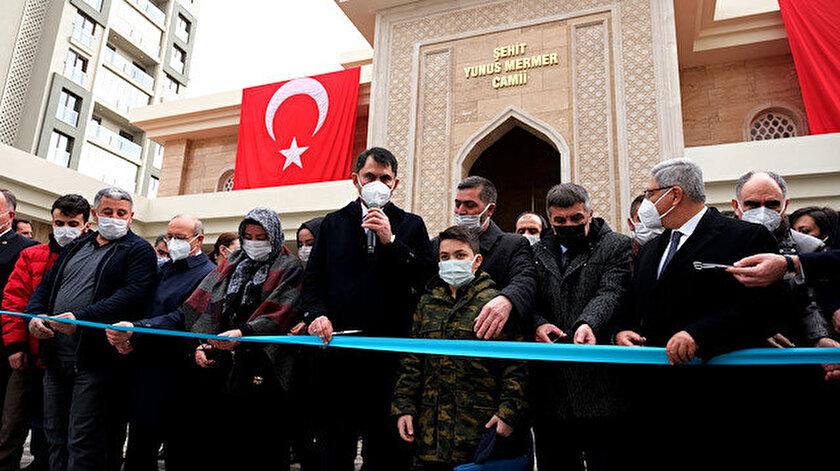 Bakan Kurum, Şehit Yunus Mermer'in ailesiyle birlikte açılışa katıldı.