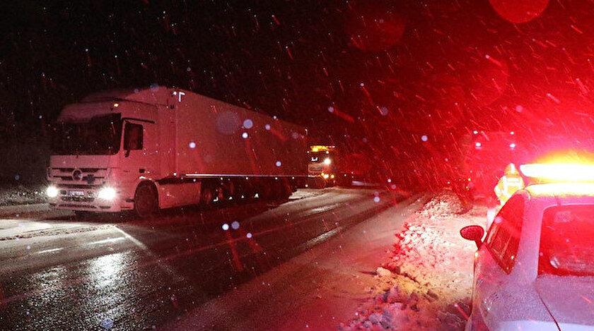 Yoğun kar yağışı ve tipi nedeniyle, Mutu Köprüsü ile Pülümür ilçe merkezi arasında kalan yol TIR ve kamyonların geçişine ikinci bir duyuruya kadar kapatıldı.