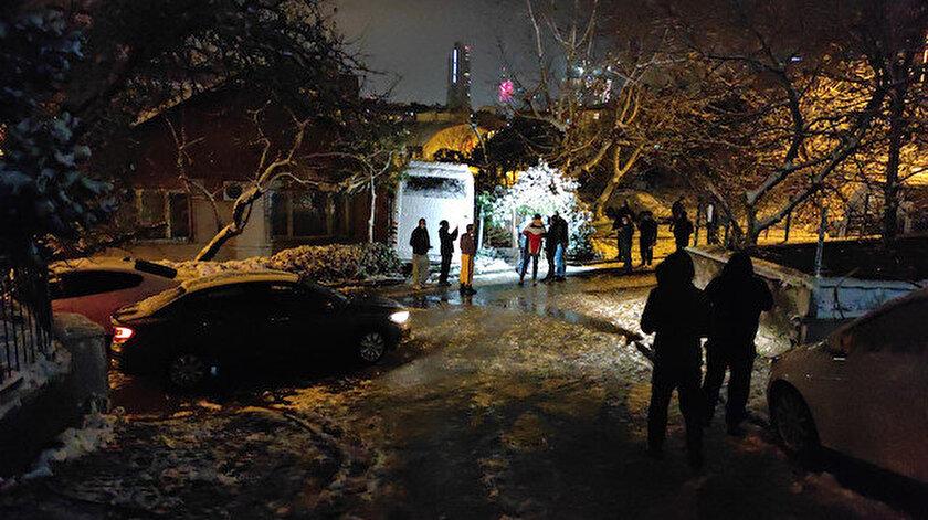 Ümraniye'de freni boşalan midibüs üç araca çarptıktan sonra evin bahçesine girdi.