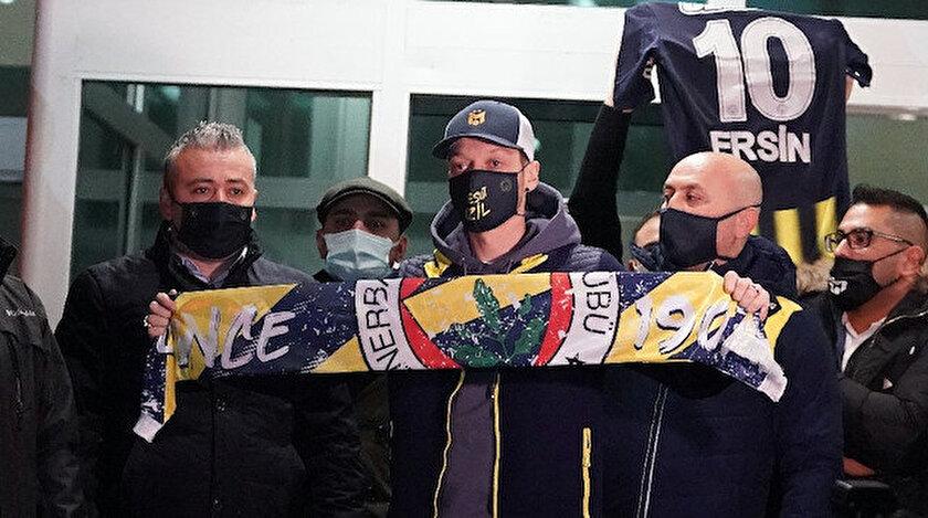Mesut Özil, sarı-lacivertli atkıyla basın mensuplarına poz verdi.