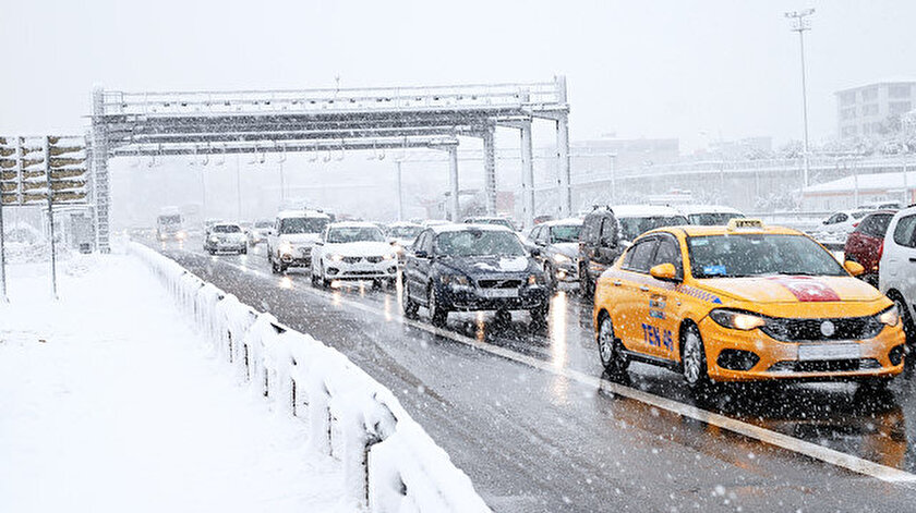 İstanbullular yoğun kar yağışı ile güne başladı.