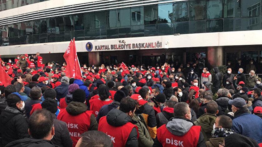 İşçiler, belediye önünde toplanarak eylem yaptı.