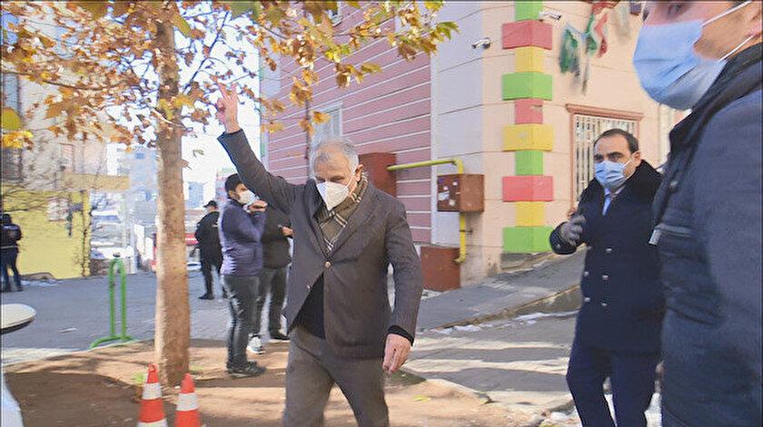 HDP'li Katırcıoğlu, kalabalığa doğru zafer işareti yapmasıyla gerginlik çıktı.