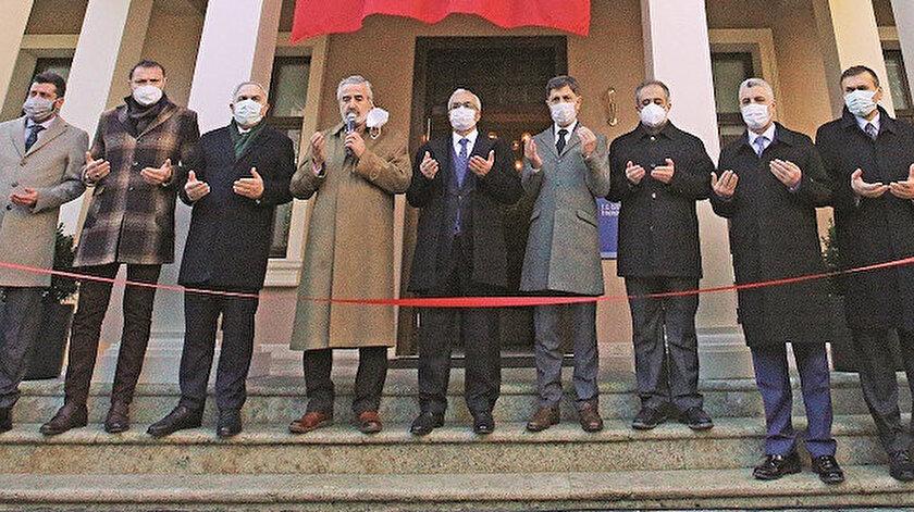Bina, eski İstanbul Müftüsü Hasan Kamil Yılmaz'ın yaptırdığı duanın ardından kurdele kesilerek hizmete açıldı.