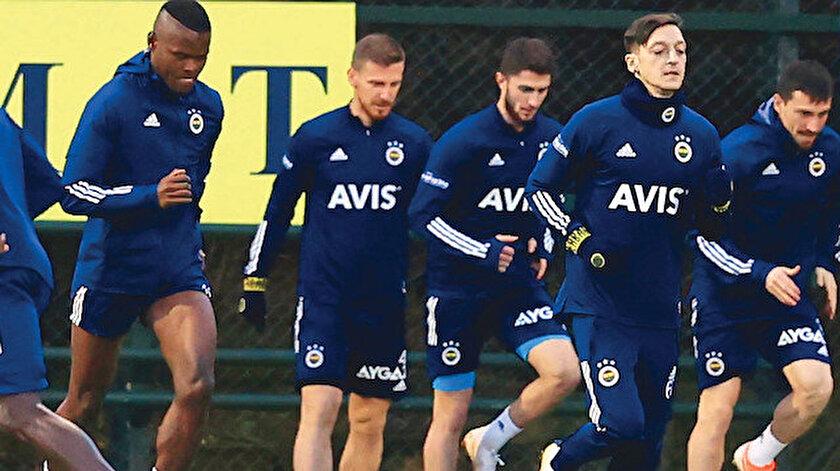 Fenerbahçe, Arsenal'den transfer ettiği Mesut Özil ile 3,5 yıllık sözleşmeye imza attı. Yıldız oyuncu dün yeni takımıyla ilk antrenmana çıktı.