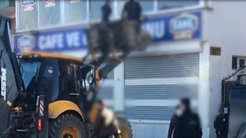 Şırnakta ilginç görüntüler: Polis kaçak kumarhaneyi iş makinesiyle bastı