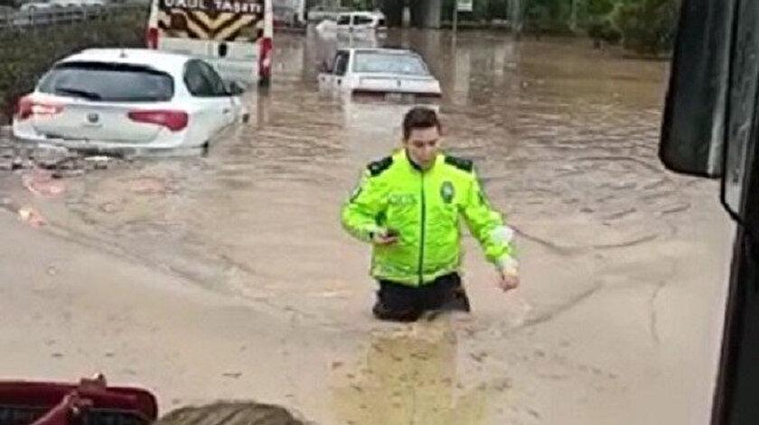 İzmirde dizine kadar suya giren polis herkesin takdirini topladı