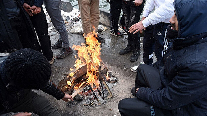 Fransada derme çatma çadırlarda kalan göçmenler ısınmak için giysilerini yakıyor