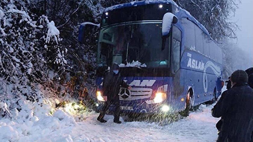 İçindeki 25 yolcusuyla kayan yolcu otobüsü 4 saatlik çalışmayla kurtarıldı