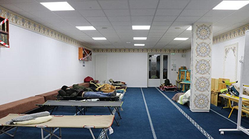 Göçmenlerin ısınmak için kıyafetlerini yaktığı Fransada Mantes Sud Camisi evsizlere kapılarını açtı