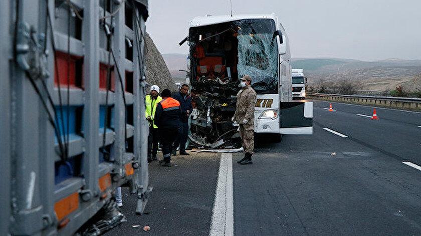 Şanlıurfada yolcu otobüsü tıra arkadan çarptı: Üç kişi hayatını kaybetti 30 yaralı var