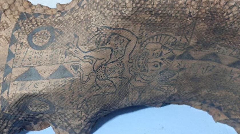 Gaziantepte ele geçirildi: Piton yılanı derisinin üzerinde İbranice yazılar ve şeytan figürleri var