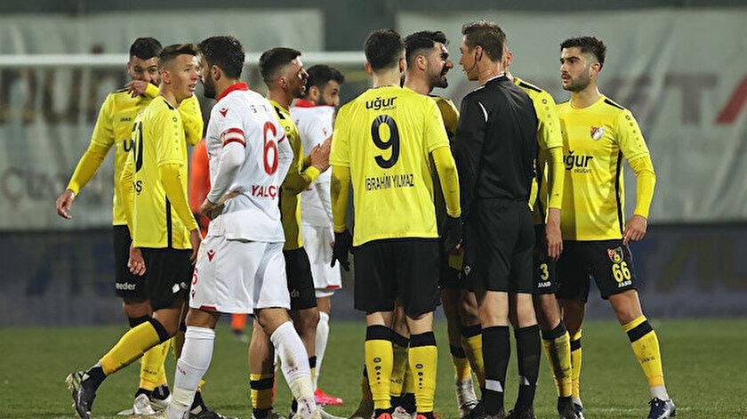 İstanbulsporlu futbolcular çıkan kırmızı kart sonrası hakem Turgut Doman'a yoğun itirazlarda bulundu.