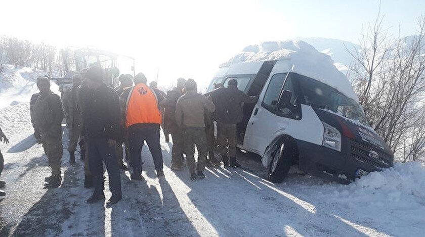 Siirt'te güvenlik korucularını taşıyan minibüs kayganlaşan yolda güçlükle durabildi.