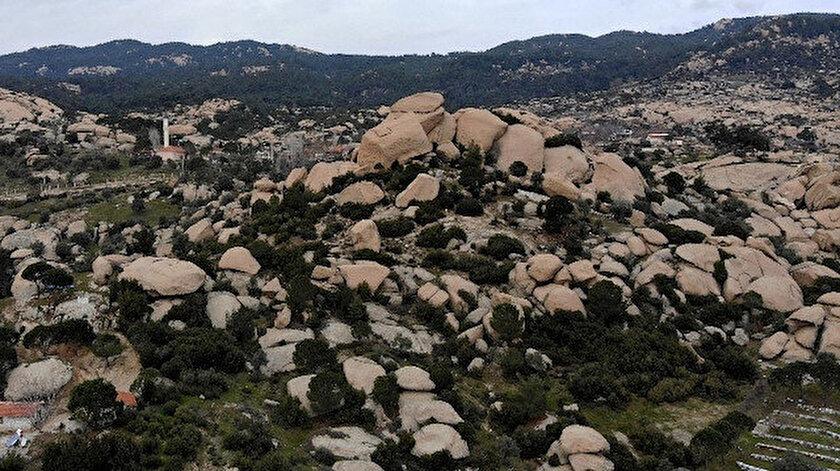 En genci 15 milyon, en yaşlısı ise bir milyar yaşında olduğu tahmin edilen ilginç kayalar, kırsal yerleşim birimleri ile iç içe girmiş durumda.