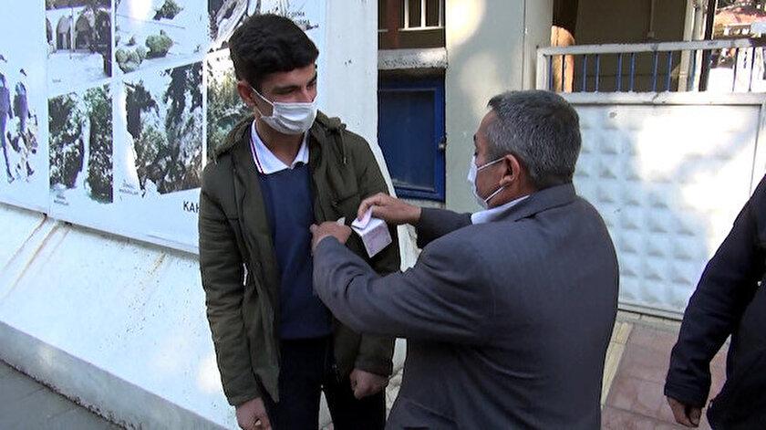 Mehmet Gözükara, Mehmet Ateş'i 400 lira ile ödüllendirdi.