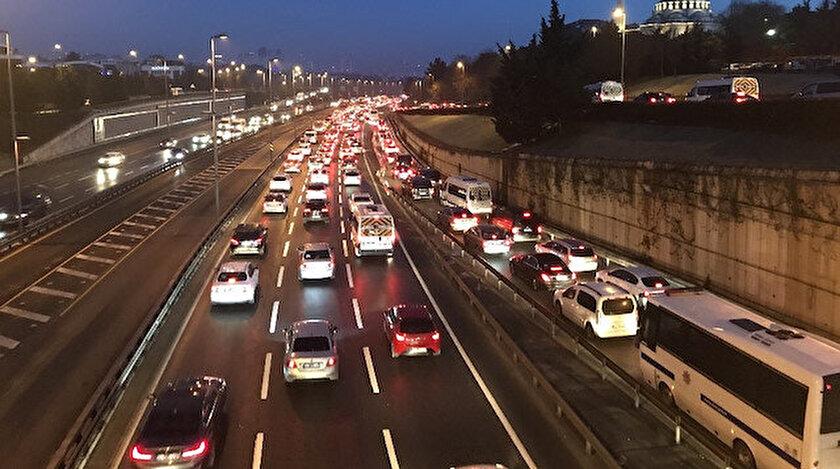 İstanbul'da 56 saatlik kısıtlama sonrası 15 Temmuz Şehitler Köprüsü'nde trafik yoğunluğu.