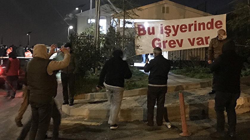 'Bu iş yerinde grev var' yazılı pankart bina girişine asıldı.