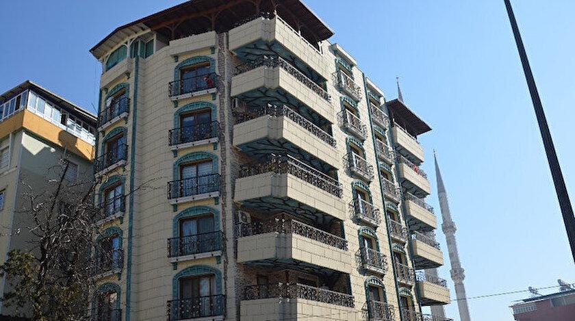 Hataydaki bina herkesi hayrete düşürüyor: Vatandaşlar balkonlardan gözlerini alamıyor