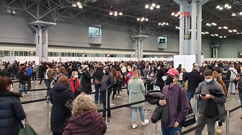 New York'ta aşı merkezinde yoğunluk: Ayakta saatlerce bekleyenler uzun kuyruklar oluşturdu